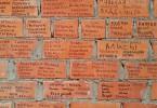 Подписываем кирпичики храма во имя святителя Луки