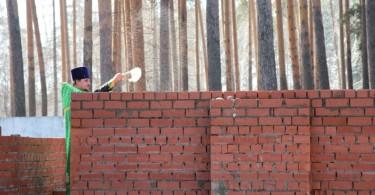 Отец Анатолий Куликов на стройке