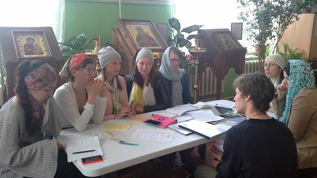 Серафим Астахов обучает певчих хора храма святителя Луки