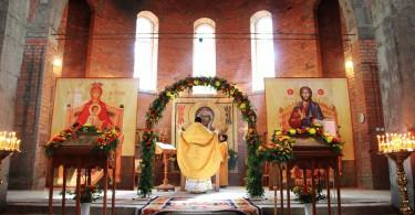 литургия в строящемся храме Луки Крымского
