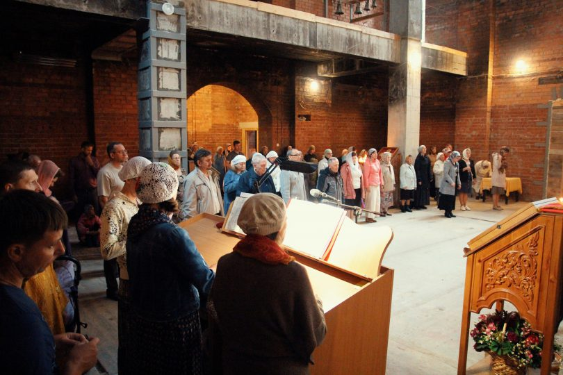 богослужение в строящемся храме святителя луки Крымского